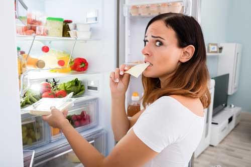 بدترین غذاهایی که در یخچال دارید و بهتر است دور بریزید