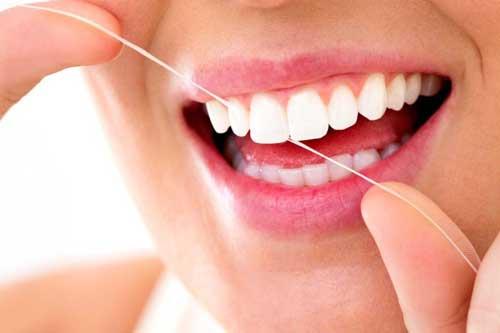 نخ دندان کشیدن دندان ها