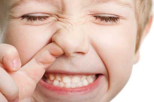 هرگز در زمان خونریزی بینی پنبه را درون بینی نکنید