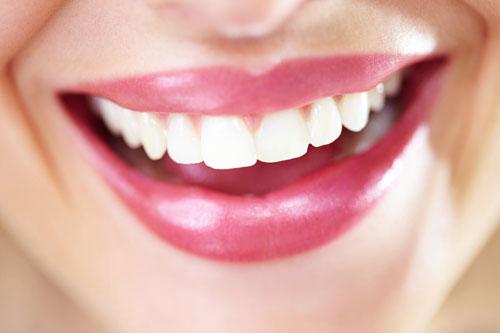 ۶ ترفند ارزان که دندانهایتان را مثل مروارید سفید میکند